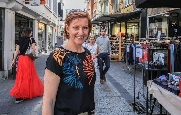 Het is de eerste zomerbraderie voor de nieuwe centrummanager Miguelle Lust, hier in de Korte Steenstraat.