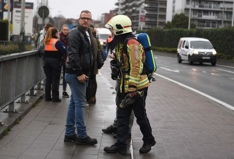 Een brandweerman geeft uitleg.