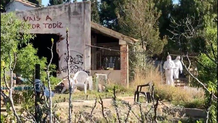 Het koppel leefde met hun kinderen in erbarmelijke omstandigheden in een gekraakt huis.