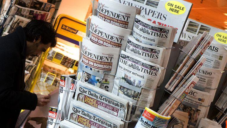 Buitenlandse kranten in een kiosk. Beeld anp