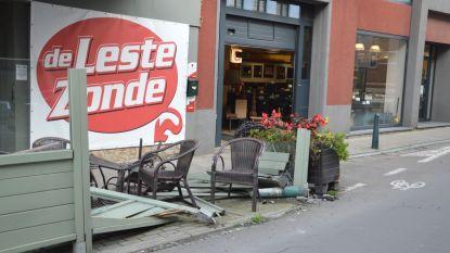 Bestuurder verliest controle over stuur en ramt terras van café 'De Leste Zonde'