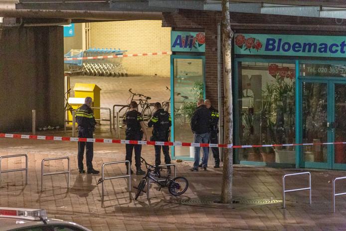 Op het Bijlmerplein in Amsterdam hebben agenten een verdacht voorwerp aangetroffen, vermoedelijk een handgranaat.