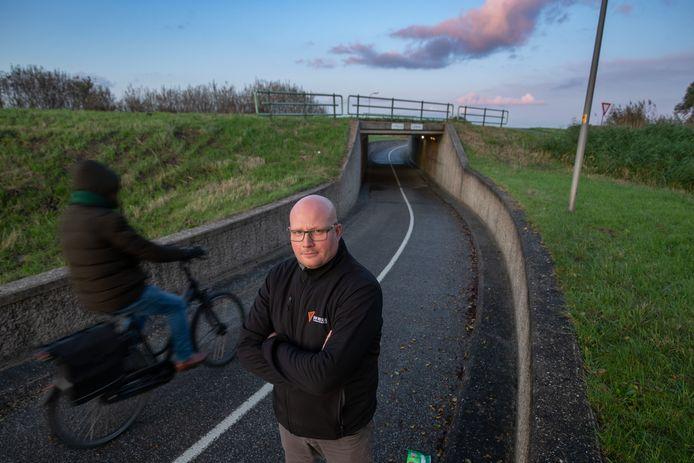 Ite Troelstra (40) uit Kampen op de plaats waar het ongeluk gebeurde en zijn scooter gestolen werd.