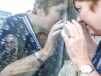 """Wanda (54) mag straks mama Jeanne (95) eindelijk weer knuffelen: """"Ik ben bang dat ik zal voelen hoe slecht het met haar gaat"""""""