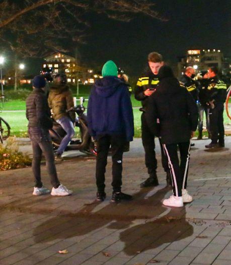 Politie schrijft 9 boetes uit en houdt 33 jongeren staande op Sophiapromenade