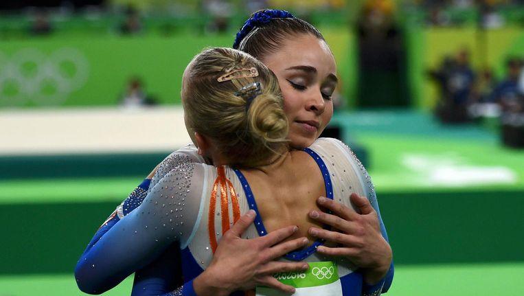 Wevers en Thorsdottir knuffelen elkaar tijdens de kwalificatie. Beeld photo_news
