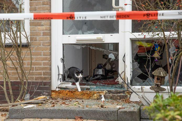 Het kozijn van de voordeur en het raam ernaast liggen in puin.