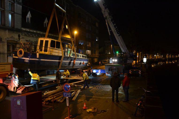 De boot werd door een gespecialiseerde firma uit de Durme getakeld.