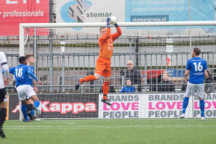GVVV-doelman Johan Jansen plukt een bal tegen ASWH.