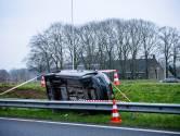 Automobilist mist afrit A65 en belandt op zijn zijkant naast de vangrail, auto na de avondspits weggesleept