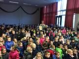 Schattig: Alle kinderen uit het dorp zingen 'Lieve Maartje, dankjewel!'