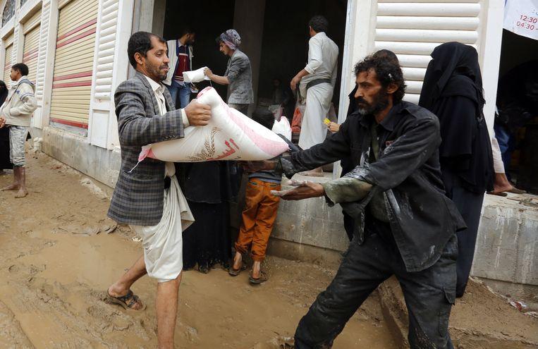 Een voedseldistributiepunt in de Jemenitische hoofdstad Sanaa. Acht miljoen Jemenieten hebben nu gebrek aan voedsel.  Beeld Yahya Arhab / EPA
