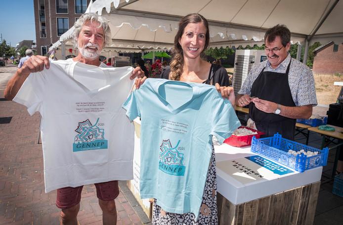 Ad Janssen en dochter Tessa tonen het Vierdaagse-shirt van de gemeente Gennep. Donderdag hopen ze tijdens de doorkomst in hun plaats op extra aanmoedigingen.
