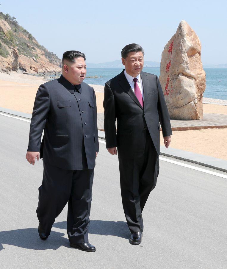 Noord-Koreaanse leider Kim Jong-un (links) en Chinese president Xi Jinping (rechts) tijdens Kims bezoek op 7 en 8 mei.
