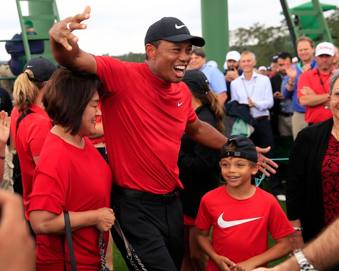 Tiger Woods viert feest met zijn familie.