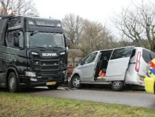 Bedrijfsbus botst op stilstaande vrachtwagen in Markelo, 1 gewonde