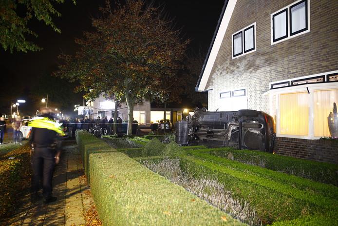 De auto kwam gekanteld tot stilstand tegen de woning in Wezep.