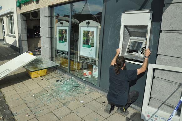 Een gespecialiseerde firma was de hele dag bezig met de herstellingswerken aan het zwaar beschadigde bankkantoor.