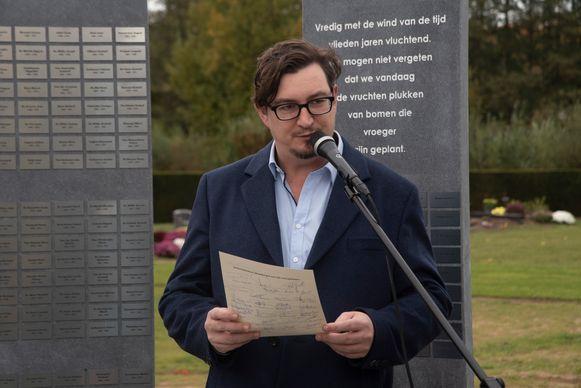 Dorpsdichter Pieter Viktor Kindt las zijn herdenkingsgedichten voor.