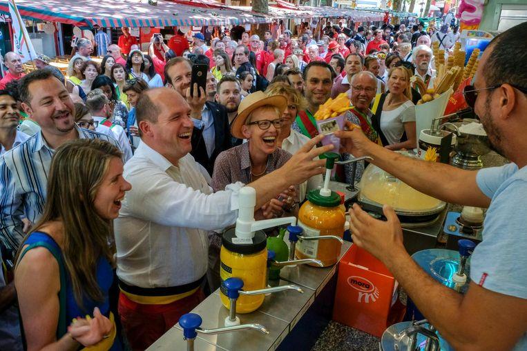 Het stadsbestuur schuift aan voor frietjes tijdens de opening van de Zuidfoor.