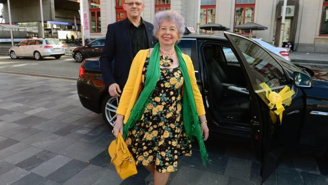 """Ze lijkt op de Queen of England, maar een koninklijk bal is Lucie Mertens (78) niet gegund voor haar 50 jaar als stadsgids: """"Corona stelde mijn feest een vijfde keer uit, ik zit er serieus onderdoor"""""""
