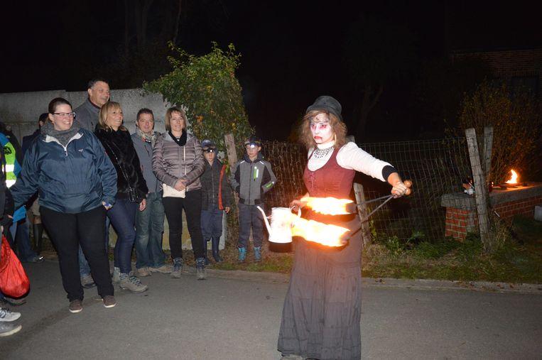 Deze griezelige dame voert een show op met vuur.