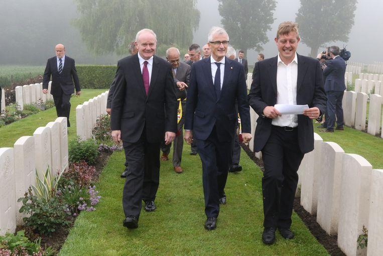 Vlaams minister-president Geert Bourgeois met de Noord-Ierse delegatie op het militair kerkhof in Wijtschate.