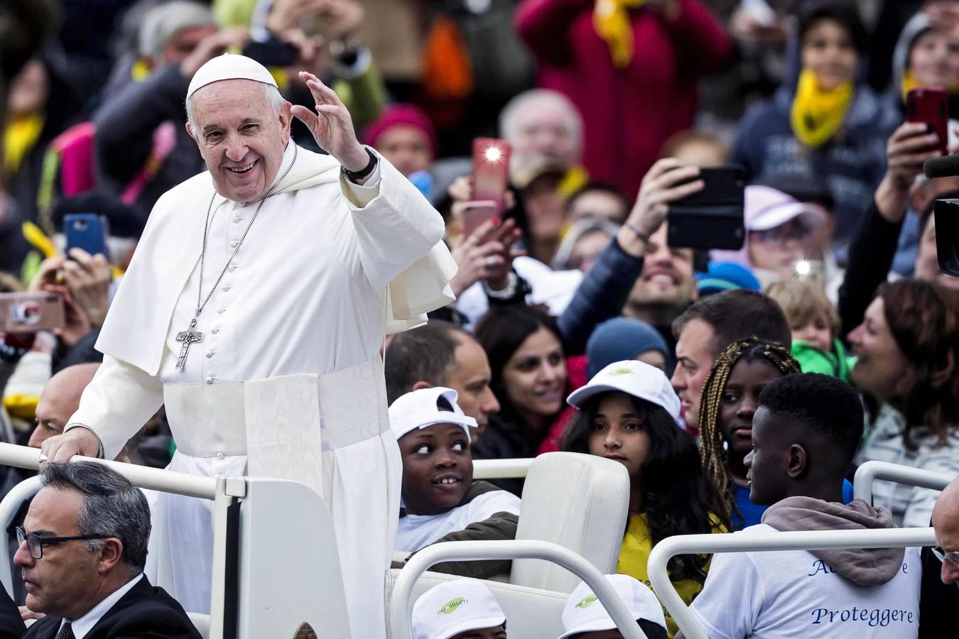 De paus nam acht migrantenkinderen mee voor een ererondje over het Pietersplein.