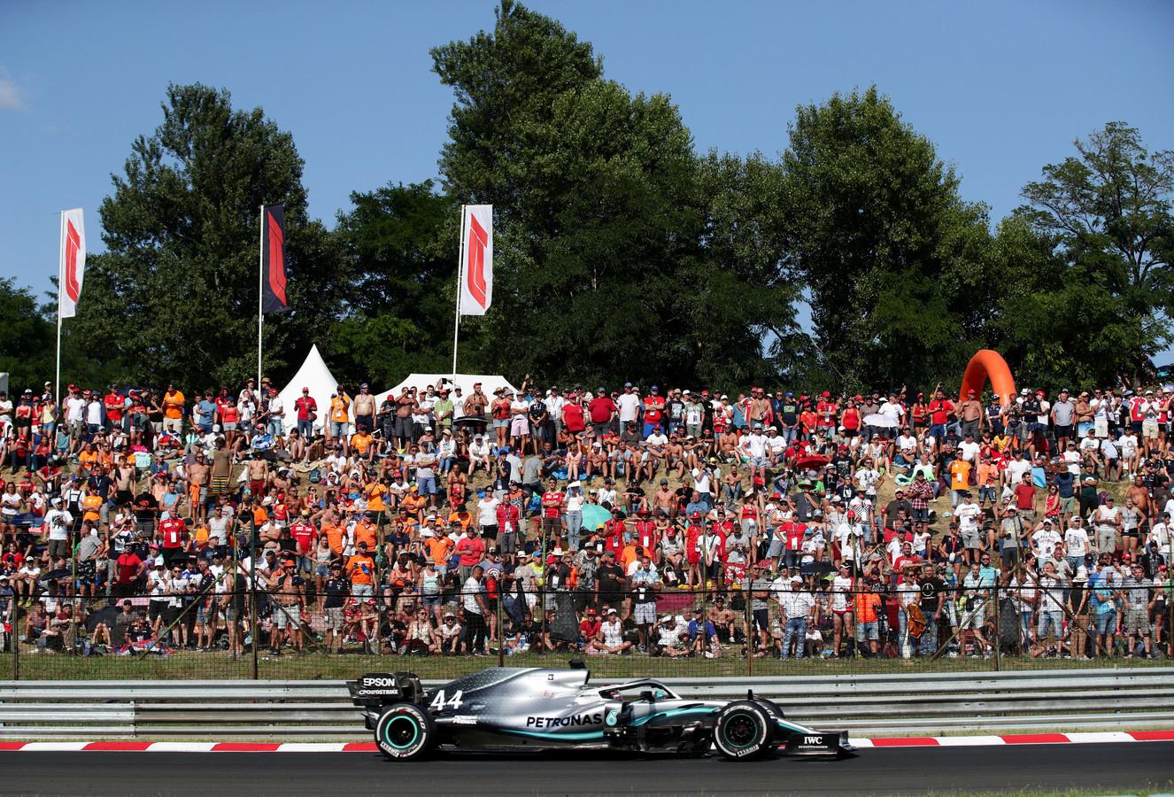 Lewis Hamilton in actie op de Hungaroring.