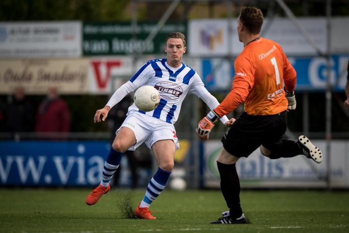 Marlon Versteeg in actie namens FC Lienden.