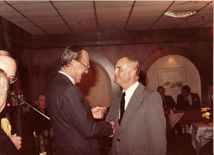 Prins Bernhard speldt Jan van Kuik het Verzetsherdenkingskruis op, in 1981.