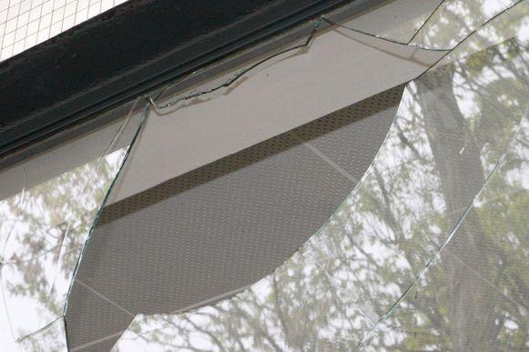 Dieven sloegen het raam van een achterdeur stuk om binnen te dringen