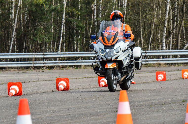 Een agent van de lokale politie Voorkempen traint met de motorfiets.