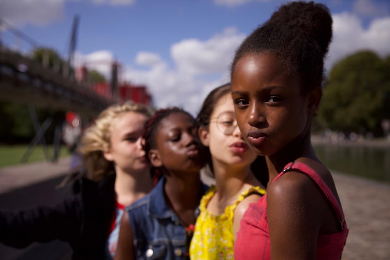 Scène uit Mignonnes van Maïmouna Doucouré, door Netflix als Cuties in de etalage gezet en vervolgens op de brandstapel beland. Beeld Netflix