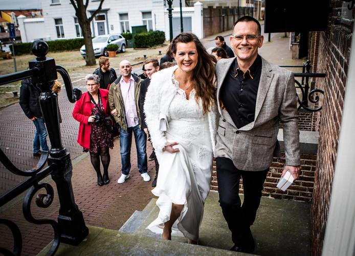 Ron en Anita van der Kruit op de trappen van het Prinsenhuis waar ze elkaar het jawoord gaven.