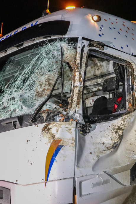 Trucker bedolven onder wortels na botsing met trekker bij Nagele