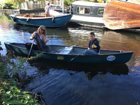 Vrijwilligers halen zwerfafval uit Vinkeveense Plassen tijdens World Cleanup Day