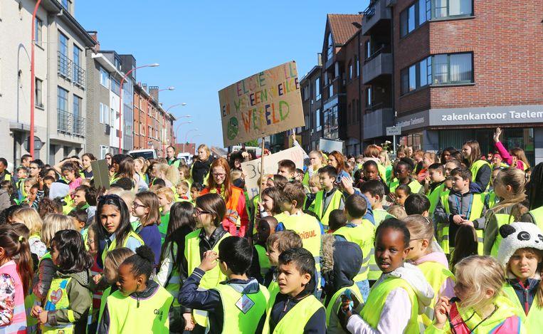 De leerlingen van Vijverbeek en De Kleine Wereld hielden een mars voor meer verkeersveiligheid.