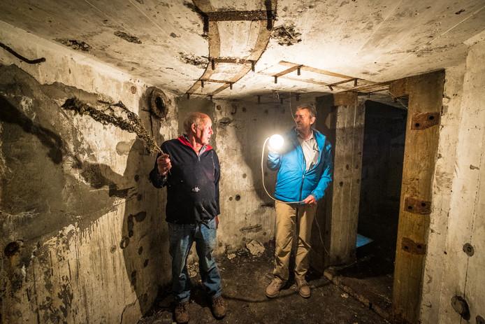 Hein van Vilsteren (links) en Dolf Moesker in de bunker Zwolle Midden, de middelste van de drie kazematten langs de IJsseldijk bij Hattem.