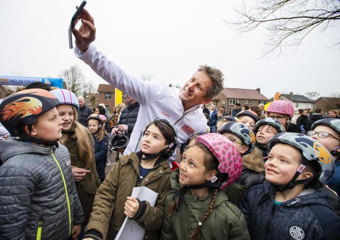 Edwin van der Sar maakt een 'selfie' met de leerlingen van basisschool Hogenkamp in Doetinchem.
