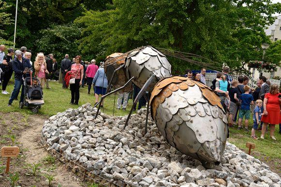 Een kunstwerk in de vorm  van een bij is het pronkstuk van de tuin.