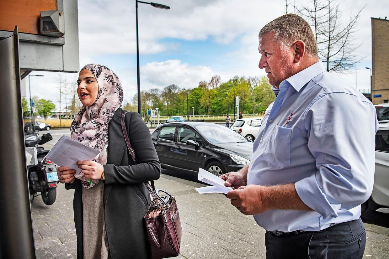 Een leerplichtambtenaar van de gemeente Amsterdam arriveert met haar assistent op een adres van een meisje dat onder de radar van haar school is verdwenen tijdens de coronacrisis. Beeld Guus Dubbelman / de Volkskrant