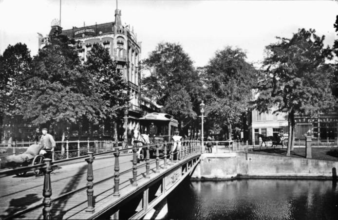 De oudste Johan de Wittbrug, een ijzeren draaibrug. Met het Oranjehotel.