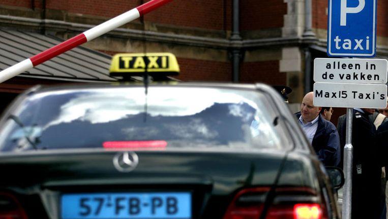 Uitgaanspubliek en taxichauffeurs die over de schreef gaan, riskeren een boete of zelfs een pleinverbod. Foto ANP Beeld