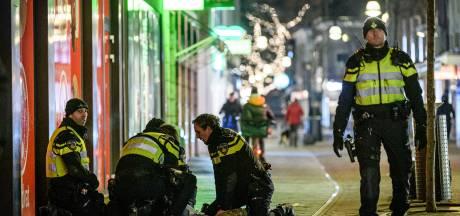 Relschoppers trekken spoor van vernielingen door centrum Enschede, inzet ME doet rust terugkeren