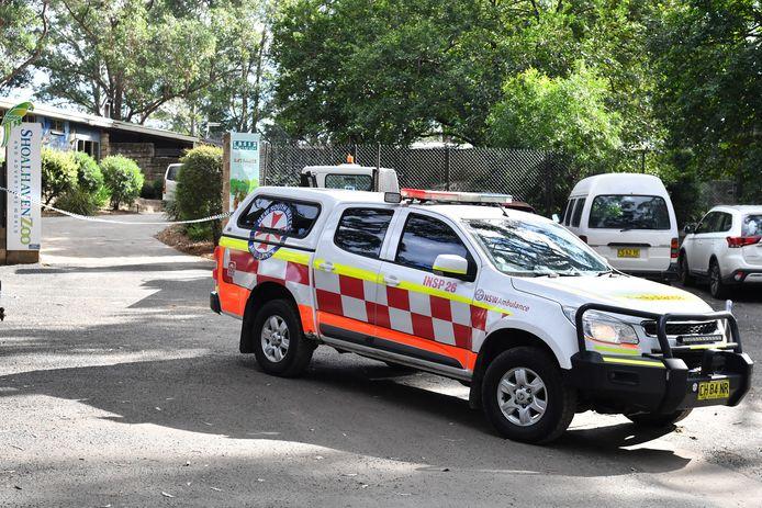 Een ambulance rijdt weg van de Shoalhaven Zoo.