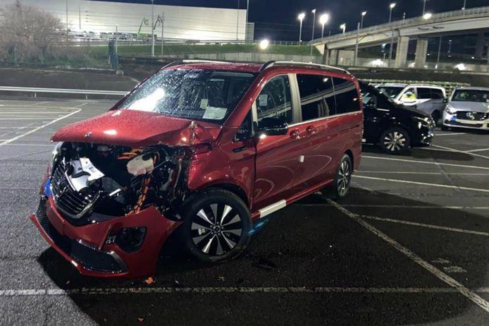 Een van de tientallen Mercedes-busjes die de boze werknemer heeft vernield.
