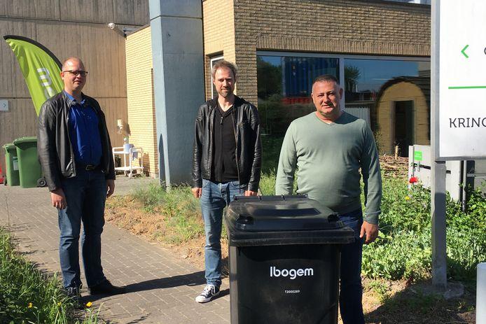Jens De Wael, Steven Vervaet en Alex Garcia van het bestuur van Ibogem met de nieuwe restafvalcontainer die vanaf 1 januari wordt gebruikt.
