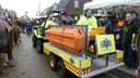 De medewerkers van Event Medical Service pikken een gevallen man op met de Ambulance Quad.
