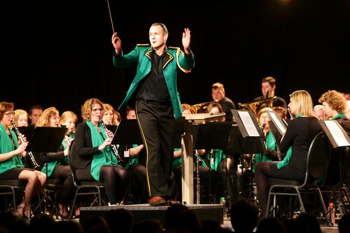'Dirigent' en kroegbaas Bart Hogenboom hanteert de baton 'met evenveel souplesse als de schuimspaan en de biljartkeu.''